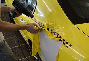 Наклейка на кузові автомобіля - як наклеїти плівку і прибрати